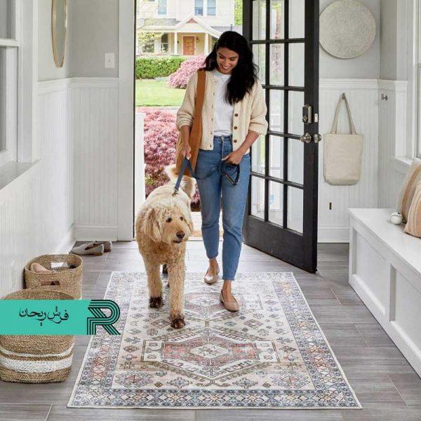 فرش کهنه نما ماشینی دستباف نماطرح مادیان سنتی با رنگبندی زیاد و رنگ زمینه روشن